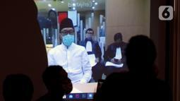 Mantan Menpora, Imam Nahrawi mendengarkan bacaan tuntutan Jaksa Penuntut Umum (JPU) dalam secara online di Gedung KPK, Jakarta,Jumat (12/06/2020). Imam Nahrawi terkait kasus dugaan suap dana hibah pemerintah kepada KONI melalui Kemenpora sebesar 17 miliar. (merdeka.com/Dwi Narwoko)
