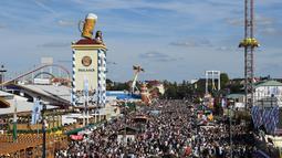 Pemandangan ribuan pengunjung saat pembukaan festival bir terbesar di dunia Oktoberfest ke-185 di Munich, Jerman, Sabtu (22/9). (Christof STACHE/AFP)