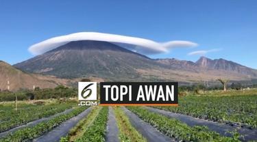 Sebuah fenomena awan berbentuk topi terlihat melingkari puncak Gunung Rinjani di Lombok, Nusa Tenggara Barat. Awan ini terbentuk dari hasil pergerakan angin.