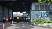 Petugas Keamanan bersiaga di gerbang Jakarta Internasional School (JIS) di Pondok Indah, Jakarta Selatan, Rabu (23/4). (ANTARA FOTO/Reno Esnir)