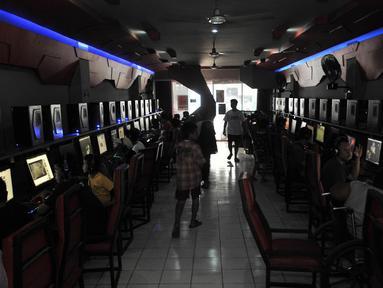 Suasana warnet di kawasan Duren Sawit, Jakarta, Senin (23/7). Dokumen klasifikasi penyakit internasional ke-11 yang dikeluarkan WHO menggolongkan kecanduan bermain game di komputer atau ponsel pintar sebagai penyakit mental. (Merdeka.com/Iqbal S. Nugroho)