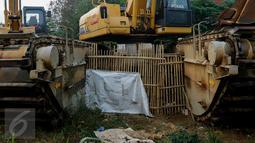 Warga memanfaatkan sela-sela alat berat pengeruk sebagai kandang bebek, Jakarta, Jumat (6/11/2015). Pemerintah Provinsi DKI Jakarta memulai proyek pembangunan waduk Brigif pada April lalu dan direncanakan selesai November 2014. (Liputan6.com/Yoppy renato)