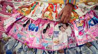 Detail baju daur ulang yang terbuat dari plastik bekas aneka produk yang digunakan anak-anak  pada peringatan Hari Air Sedunia di sarana penampungan air PAM Jaya, Cilandak, Jakarta, Sabtu (25/03). (Liputan6.com/Fery Pradolo)