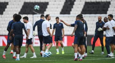 Pelatih Chelsea, Frank Lampard (tengah) dan para pemainnya menghadiri sesi latihan di stadion Besiktas Park di Istanbul, Turki (13/8/2019). Chelsea akan bertanding melawan Liverpool dalam pertandingan Piala Super Eropa 2019 di Istanbul, Turki, Kamis (15/8/2019) dini hari WIB. (AFP Photo/Ozan Koze)