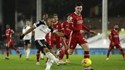 Striker Fulham, Bobby Decordova-Reid, melepaskan tendangan yang berbuah gol untuk timnya ke gawang Liverpool dalam laga lanjutan Liga Inggris 2020/21 pekan ke-12 di Craven Cottage, Minggu (13/12/2020). Fulham bermain imbang 1-1 dengan Liverpool. (AFP/Matt Dunham/Pool)