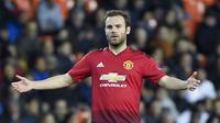 Sang ayah awalnya juga seorang pesepak bola pada tahun 1980 an. Kini Juan Mata akan memeperpanjang kontraknya di Man United lewat komando sang ayah. (AFP/Jose Jordan)