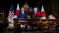Presiden AS, Donald Trump dan Perdana Menteri Jepang Shinzo Abe berbincang selama pertemuan mereka di Resor Mar-a-Lago, Florida, Selasa (17/4). Pertemuan untuk mencari pemahaman bersama mengenai masalah nuklir Korea Utara. (AP/Pablo Martinez Monsivais)
