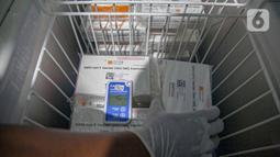 Petugas kesehatan membongkar kotak vaksin Covid-19 buatan Sinovac Biotech Ltd. di Puskesmas Cilincing, Jakarta, Rabu (13/1/2021). Pemprov DKI akan menggelar vaksinasi di 453 fasilitas kesehatan DKI Jakarta dengan jumlah dosis vaksin sebanyak 39.200 vaksin. (Liputan6.com/Faizal Fanani)