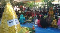 Ribuan warga memadati Punden Leluhur di Desa Sukorejo Kecamatan Ngasem Kabupaten Kediri Jawa Timur. Mereka sedang menyaksikan acara ritul gelar bersih Desa, Kamis (12/10/2017). (Liputan6.com/Dian Kurniawan)