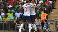 Penyerang Timnas Inggris, Harry Kane melakukan selebrasi bersama Dele Alli usai mencetak gol ke gawang Nigeria pada laga pemanasan jelang Piala Dunia 2018 di Wembley Stadium, Minggu (3/6/2018) dinihari WIB. (Ben STANSALL / AFP)