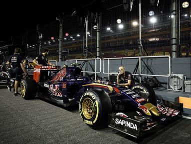 Scuderia Toro Rosso team menghuni urutan ke-7 klasemen sementara konstruktor Formula One 2016-2017 dengan total 55 poin. (AFP/Philippe Lopez)