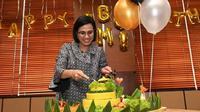 Sri Mulyani saat dapat kejutan di ulang tahun yang ke-57. (dok. Instagram @smindrawati/https://www.instagram.com/p/B1oKsOGpuZ1/Putu Elmira)