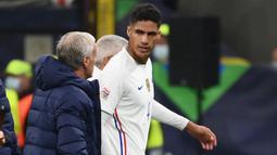 Pertahanan Prancis harus berkurang kekuatannya setelah Les Bleus terpaksa menarik Raphael Varane pada menit ke-43. Ia digantikan oleh Upamecano akibat cedera. (AFP/Franck Fife)