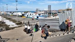Penumpang kapal dari Kepulauan Seribu tiba di Dermaga Kali Adem, Muara Angke, Jakarta, Minggu (27/12/2020). Data dari Sudin Pariwisata dan Ekonomi Kreatif Kepulauan Seribu mencatat sebanyak 3.018 wisatawan berkunjung ke Kepulauan Seribu untuk mengisi libur Natal. (merdeka.com/Iqbal Nugroho)