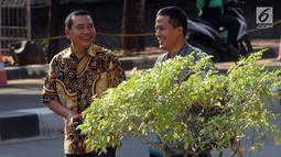 Mantan Kasatker SPAM Jambi Noftiman Nasir tersenyum usai menjalani pemeriksaan penyidik di Gedung KPK, Jakarta, Jumat (8/3). Noftiman diperiksa terkait kasus suap sejumlah proyek pembangunan SPAM TA 2017-2018 di Kementerian PUPR. (merdeka.com/dwi narwoko)