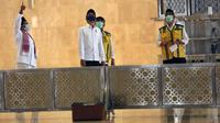 Presiden Joko Widodo (tengah depan) didampingi Imam Besar Masjid Istiqlal Nasaruddin Umar (kiri), Menteri PUPR Basuki Hadimuljono dan Dirjen Cipta Karya Kementerian PUPR Danis Sumadilaga (kanan) meninjau perkembangan renovasi Masjid Istiqlal, Jakarta, Selasa (2/6/2020). (Warta Kota/Pool-Alex Suban)