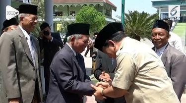 Capres no urut 2 Prabowo Subianto mendatangi Pondok Pesantren Modern Gontor. Prabowo menggelar pertemuan tertutup dengan pimpinan dan ulama Pondok Pesantren Gontor