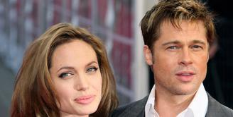 Proses perceraian Angelina Jolie dan Brad Pitt hadir dengan kabar terbaru. Jolie yang baru saja kembali ke Los Angeles ternyata mengajukan dokumen terbaru terkait perceraian dan hak asuh anak. (AFP/Bintang.com)