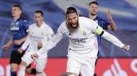 Bek Real Madrid, Sergio Ramos, melakukan selebrasi usai mencetak gol ke gawang Atalanta pada laga Liga Champions di Stadion Alfredo di Stefano, Rabu (17/3/2021). Real Madrid menang dengan skor 3-1. (AP/Bernat Armangue)