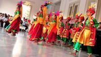 Anak-anak menari tarian daerah saat mengikuti Pentas Seni dan Budaya Indonesia Bangkit 2017 di Balai Kota, Jakarta, Sabtu (23/9). Acara tersebut dalam rangka meneguhkan kembali seluruh warga Indonesia sebagai dasar Pancasila. (Liputan6.com/Helmi Afandi)