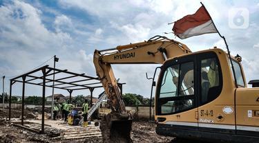 Petugas dari Sudin Pertamanan Jakarta Utara saat menyelesaikan pembangunan kantor di lokasi yang akan dijadikan sebagai TPU khusus jenazah pasien Covid-19, Rorotan, Jakarta, Senin (1/2/2021). (merdeka.com/Iqbal S. Nugroho)