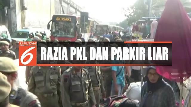 Razia PKL dan parkir liar di Tanah Abang, Jakarta Pusat, berlangsung ricuh hingga rebutan barang dagangan.