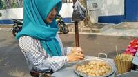 Penjual cilok cantik (Taufik Hidayat/facebook.com)