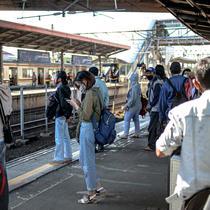 Sejumlah penumpang bersiap menaiki rangkaian KRL di Stasiun Tanah Abang, Jakarta, Sabtu (19/9/2020). Jam operasional KRL berubah mulai hari ini, Sabtu (19/9/2020). Hal ini sehubungan dengan pemberlakuan Pembatasan Sosial Berskala Besar (PSBB) di wilayah DKI Jakarta. (Liputan6.com/Faizal Fanani)