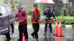 Hakim PN Jakarta Selatan Irwan (tengah) saat akan menjalani pemeriksaan KPK di Gedung KPK, Jakarta, Selasa(22/1). Irwan diperiksa sebagai tersangka terkait dugaan menerima suap penanganan perkara perdata di PN Jakarta Selatan. (Merdeka.com/Dwi Narwoko)