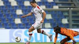 Striker AC Milan, Zlatan Ibrahimovic, berusaha mencetak gol ke gawang Sassuolo pada laga lanjutan Serie A pekan ke-35 di Mapei Stadium, Rabu (22/7/2020) dini hari WIB. AC Milan menang 2-1 atas Sassuolo. (Spada/LaPresse via AP)