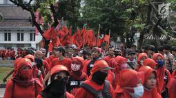 Massa yang tergabung dalam Komite 1 Mei Untuk Kemerdekaan, Kesejahteraan, dan Kesetaraan (KOMITMEN) saat menggelar aksi Peringatan 20 Tahun Reformasi di depan Istana Merdeka, Jakarta, Minggu (20/5). (Merdeka.com/Iqbal S Nugroho)