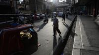 Orang-orang mengenakan masker berjalan-jalan di pusat kota Manila, setelah pelonggaran pembatasan karantina wilayah (lockdown), di Filipina, Rabu (2/9/2020). Pemerintah melonggarkan lockdown meskipun negara tersebut memiliki infeksi virus corona terbanyak di Asia Tenggara. (AP Photo/Aaron Favila)