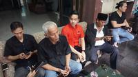 Pertemuan Gibran Rakabuming Raka dengan para sesepuh PDIP Solo, salah satunya mantan Ketua DPRD Solo, Hariadi Saptono.(Liputan6.com/Fajar Abrori)