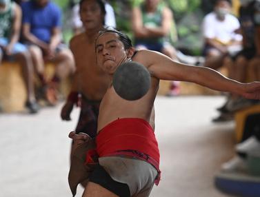 Penduduk Asli Guatemala Bermain Bola Maya