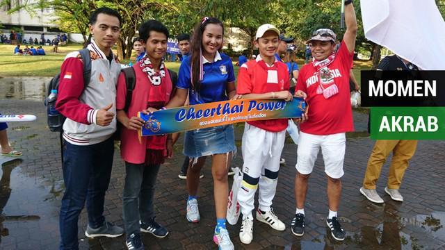 Berita video momen keakraban suporter Timnas Indonesia dan Thailand di luar Stadion Rajamangala, Bangkok, menjelang pertandingan fase grup B Piala AFF 2018, Sabtu (17/11/2018).