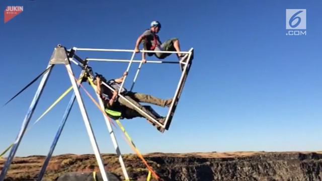 Dua pria punya cara ekstrem terjun ke jurang setelah melompat dari ayunan.