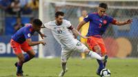 Aksi Lionel Messi saat melawan Kolombia. Sayangnya, Messi gagal mempersembahkan kemenangan untuk Argentina. Di laga pertama Grup B ini, Argentina kalah 0-2 dari Kolombia.(AP Photo/Natacha Pisarenko)