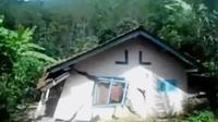 Tanah bergerak merusak 20 rumah di Banjarnegara. Sementara itu, kondisi kendaraan di Tol Cipularang mulai ramai.