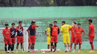 Pelatih Arema FC, Eduardo Almeida, memberikan instruksi kepada anak-anak asuhnya dalam sesi latihan di Stadion Gajayana, Malang, Kamis (24/6/2021). (Bola.com/Iwan Setiawan)