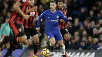 Aksi pemain Chelsea, Eden Hazard melewati kepungan para pemain Bournemouth pada lanjutan Premier League di Stamford Bridge, London, (31/1/2018). Chelsea kalah 0-3. (AP/Tim Ireland)
