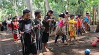 Anak-anak asyik bermain dalam festival dolanan anak 2018 di Purbalingga, Jawa Tengah. (Foto: Liputan6.com/Dinkominfo PBG/Muhamad Ridlo)