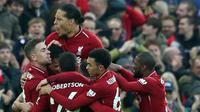 Pemain Liverpool Dejan Lovren dan rekan setimnya merayakan gol ke gawang Newcastle United pada pertandingan Liga Inggris di Stadion Anfield, Rabu (26/12). Liverpool bertahan di puncak klasemen Liga Inggris setelah menghajar Newcastle 4-0. (AP/Jon Super)