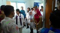 Iriana berkeliling puskesmas di Jakarta untuk tinjau langsung pengobatan penderita kanker serviks.