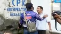 Pedagang pasar Limbangan di Garut terlibat aksi saling dorong dengan aparat. Selain itu, keluarga balita tewas meminta pelaku dihukum berat.