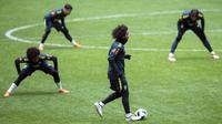 Gaya Marcelo saat menggiging bola pada sesi latihan di Stadion Olimpiyskiy Luzhniki, Moskva, Rusia, (22/3/2018). Brasil akan melawan Rusia pada laga uji coba 23 Maret. (AP/Pavel Golovkin)