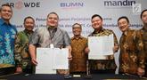 SVP Micro Development & Agent Banking Bank Mandiri Zedo Faly (ketiga kiri) dan CEO PT Crowde Membangun Bangsa (CMB) Yohanes Sugihtononugroho (ketiga kanan) usai penandatangan perjanjian kerja sama Bank Mandiri dengan PT CMB di Jakarta, Kamis (19/9/2019). (Liputan6 com/Angga Yuniar)