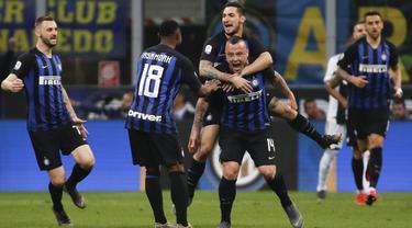 Para pemain Inter Milan merayakan gol yang dicetak oleh Radja Nainggolan ke gawang Juventus pada laga Serie A 2019 di Stadion Giuseppe Meazza, Milan, Sabtu (27/4). Kedua tim bermain imbang 1-1. (AP/Antonio Calanni)