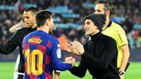 Marc Marquez dan Lionel Messi di El Clasico di Camp Nou, Kamis (19/12/2019). (AFP/Lluis Gene)