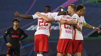 Pemain RB Leipzig merayakan kemenangan atas Atletico Madrid pada perempat final Liga Champions 2019/2020 di Estadio Jose Alvalade, Jumat (14/8/2020) dini hari WIB. RB Leipzig menang 2-1 atas Atletico Madrid. (AFP/Lluis Gene)