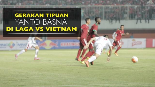 Video gerakan tipuan bek Timnas Indonesia, Yanto Basna, yang membuat pemain Vietnam, Sam Ngoc Duc, terjatuh.